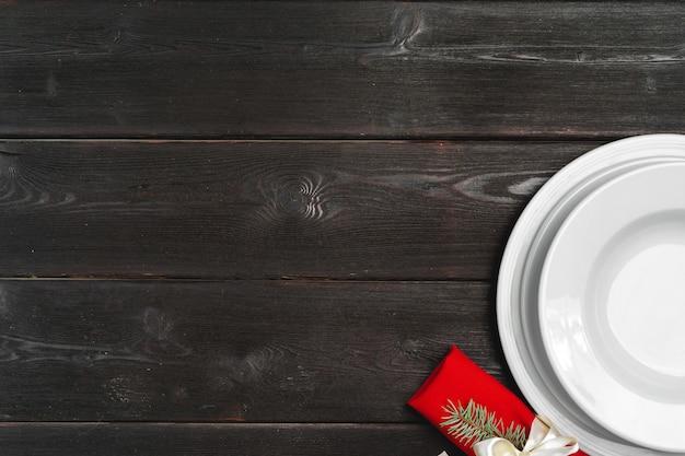 Элегантная сервировка с праздничным декором на деревянном столе