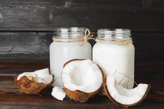 Кокосовый и стеклянный кувшин с кокосовым молоком