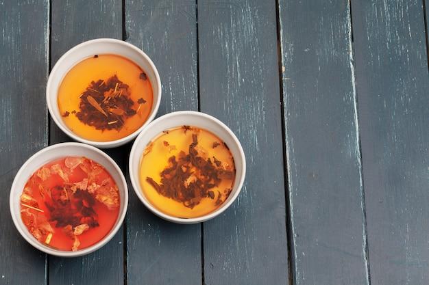 お茶 。セラミックボウルと香り豊かなお茶のカップにさまざまな種類の乾燥茶