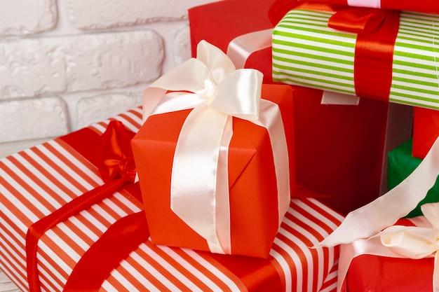Куча подарочные коробки сложены крупным планом
