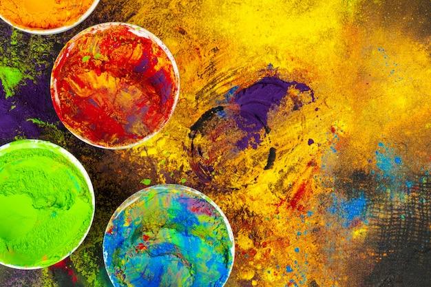 暗闇の中で小さなボウルにインドのホーリー祭の色