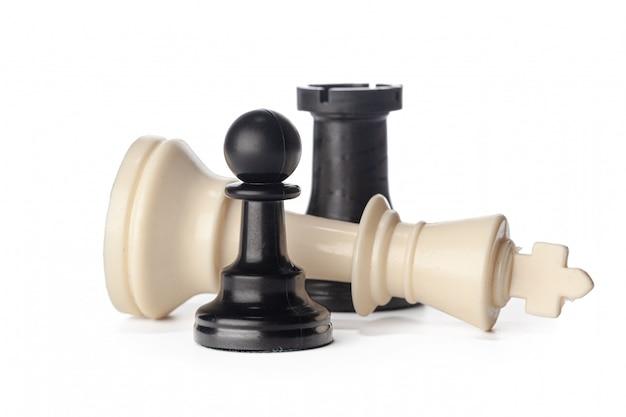 Черно-белые шахматные фигуры на белом