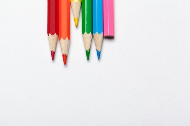 木製のカラフルな普通の鉛筆、白で隔離
