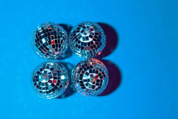 テーブルに置かれたミラーパーティーボールをクローズアップ