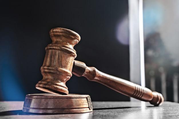 黒の背景上の裁判官の小槌