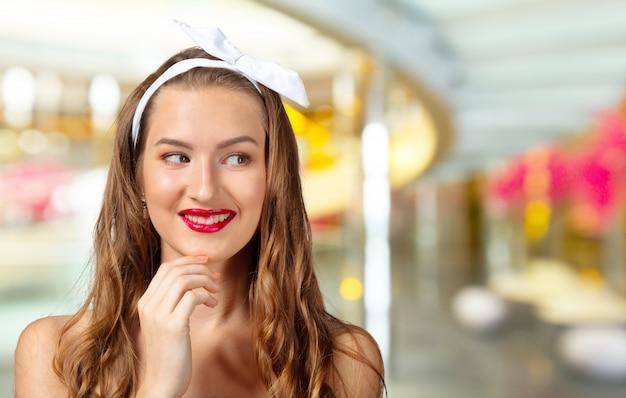 美しい女性のピンナップスタイルの肖像画をクローズアップ