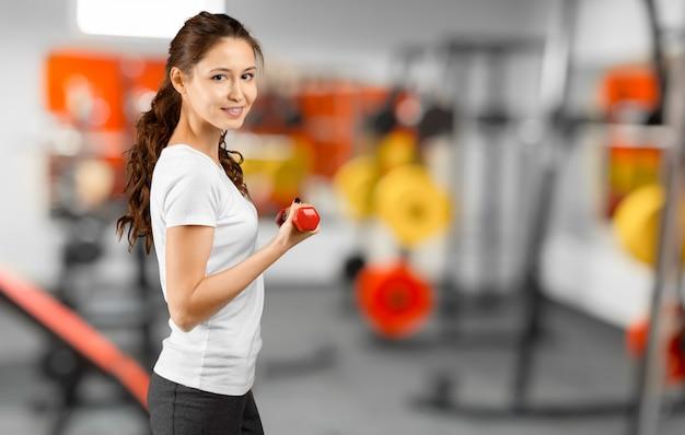 Милая тренировка молодой женщины в спортзале