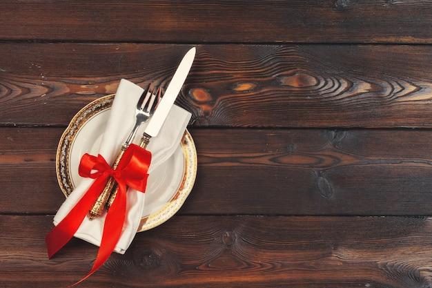 Красивая красная рождественская сервировка с украшениями крупным планом