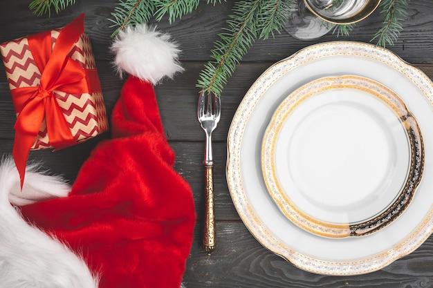 スタイリッシュなクリスマステーブルの設定と黒の木製テーブル