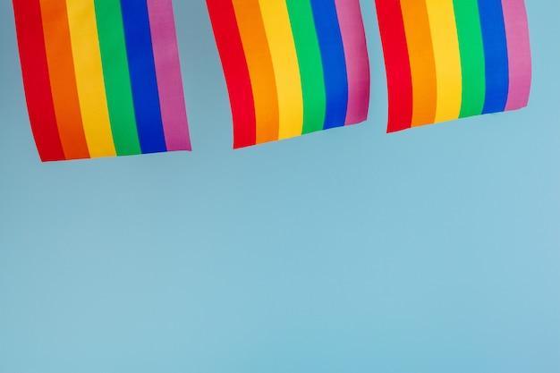 同性愛の概念-虹色の旗のクローズアップ
