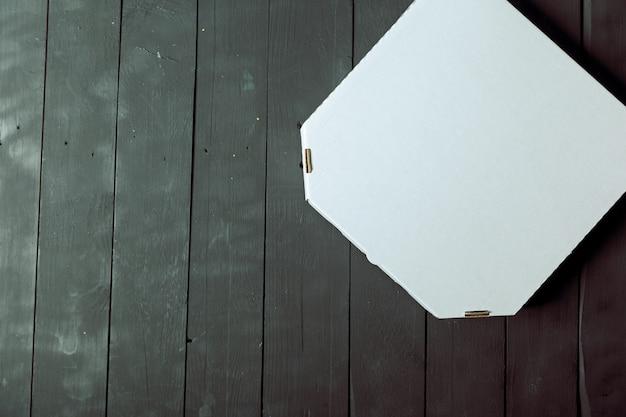 Пустая картонная коробка для пиццы на деревянный стол
