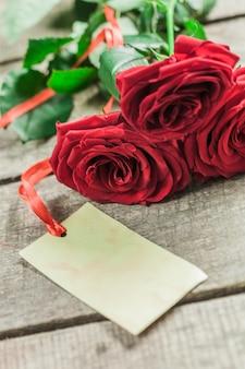 バラと木の板、バレンタインデーの背景に心