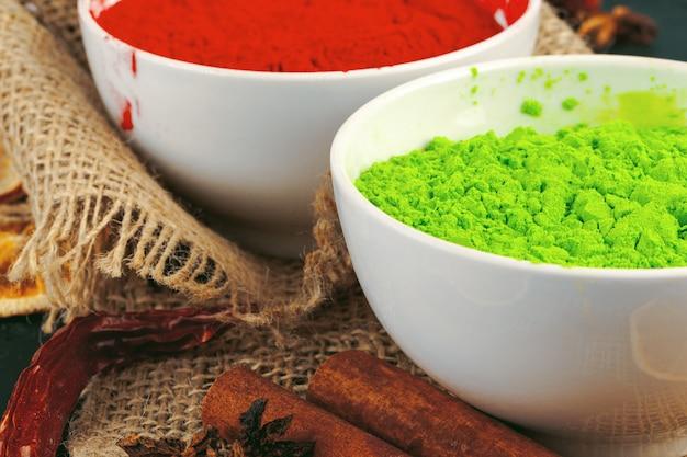 伝統的なインドのホーリー色粉、暗い素朴なスパイス