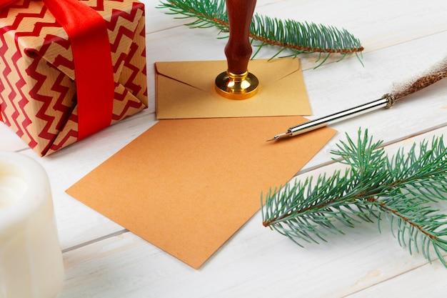 木製のテーブルにシーリングワックススタンプとサンタクロースへの手紙