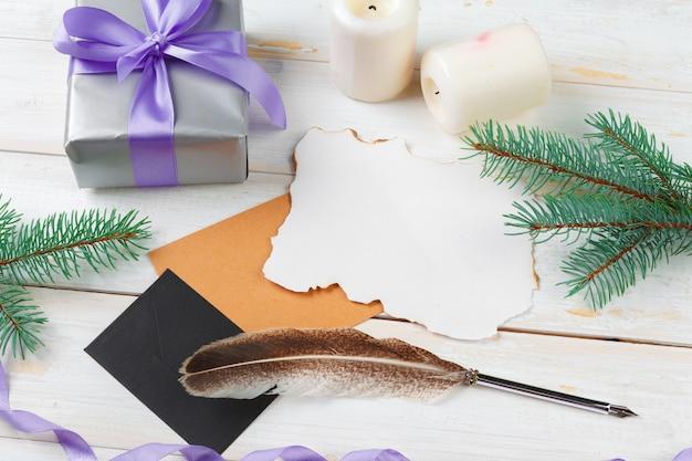 Взгляд сверху сочинительства письма рождества на желтой бумаге на деревянном с украшениями