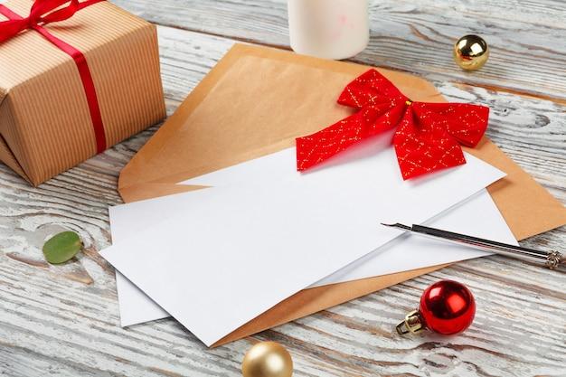 Крупным планом рождественские письма на желтой бумаге на деревянные с украшениями