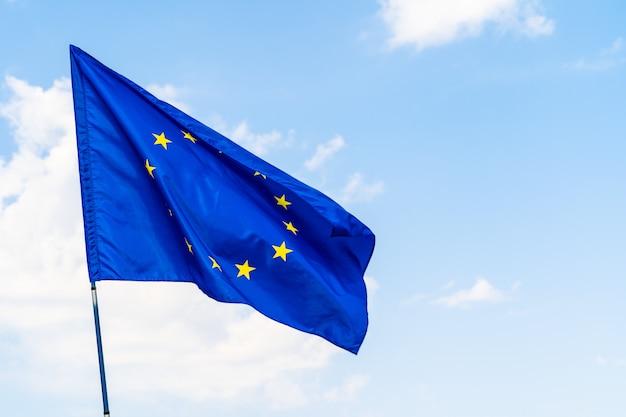 青い空を背景に欧州連合の旗