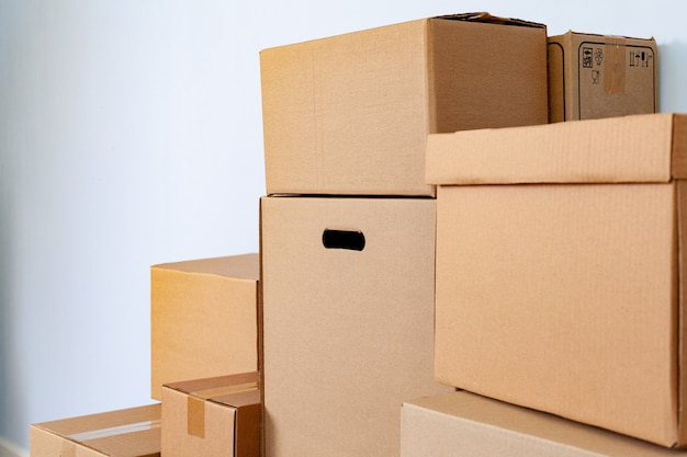 部屋に積み上げられた段ボール箱の家移動コンセプト
