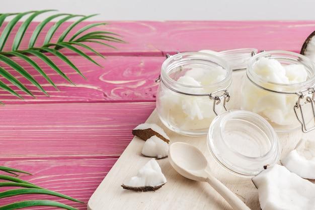 木製の壁にココナッツバター。有機健康食品のコンセプト