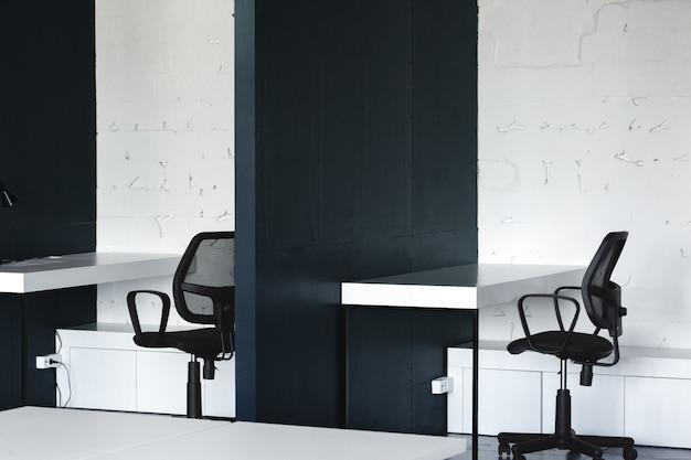 Утро в коворкинге. современный офисный интерьер с мебелью