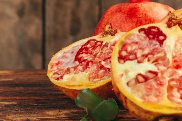 木の板にザクロの果実を切る