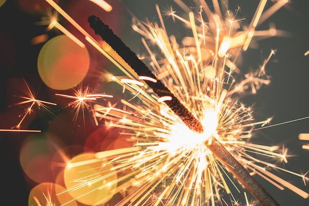 Крупный план праздничного рождественского бенгальского огня на темном фоне
