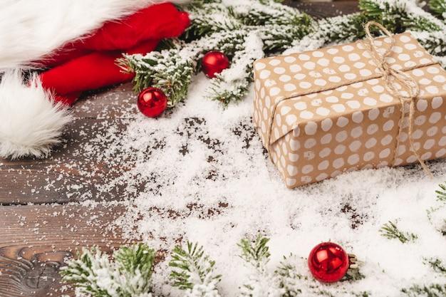 Упакованный подарок для зимних праздников фон с копией пространства