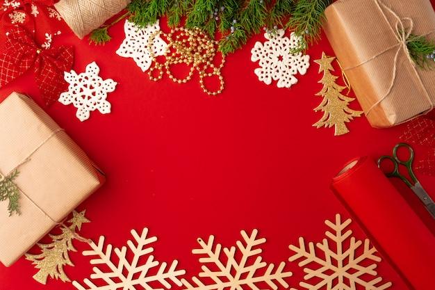 Рождественские украшения фона на красном с копией пространства