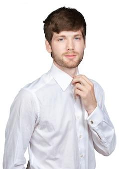 彼のネクタイを調整する若いハンサムな実業家