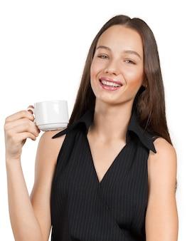 お茶やコーヒーのカップを持つ若い女性の肖像画