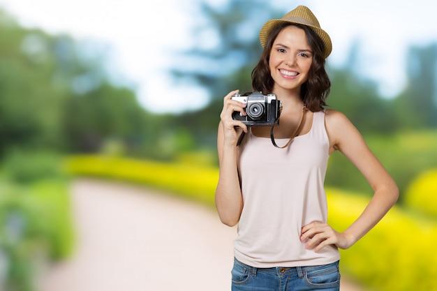 Молодая милая женщина держа камеру