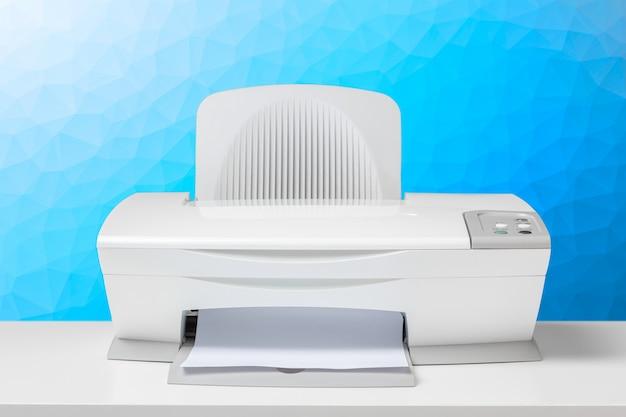 Принтер на белом столе