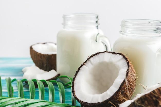 Креативный макет из кокоса и тропических листьев.