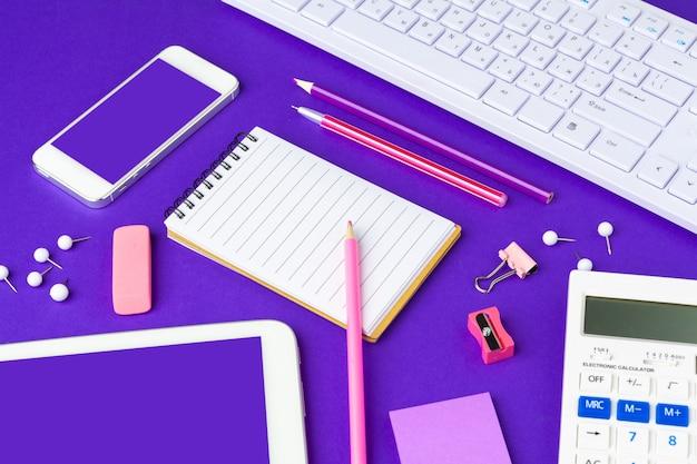 学校概念に戻る。オフィステーブルの上の学校および事務用品
