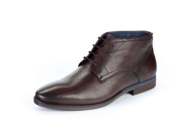 白い背景に分離された茶色の正式な男性の革の靴