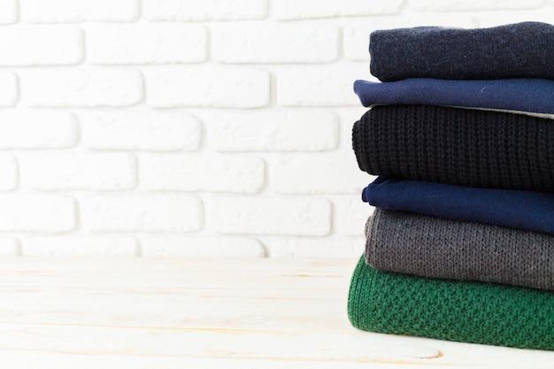 白の居心地の良いニットセーターのスタック