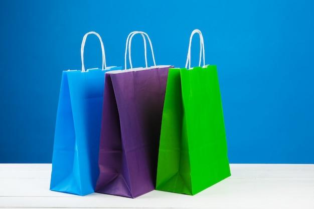 青色の背景に買い物袋の配置
