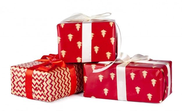 Подарочные коробки, завернутые в крафт-бумагу на белом фоне
