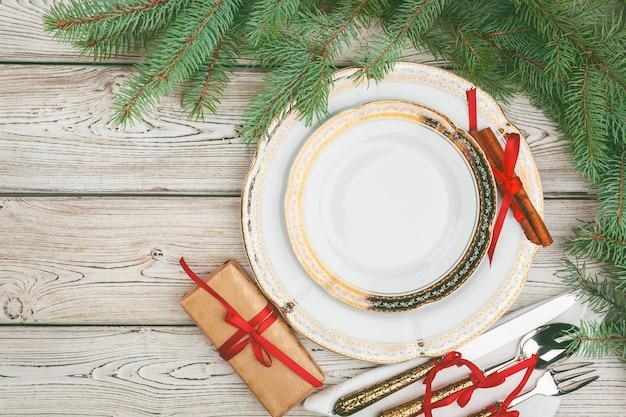 松の木の枝と休日テーブル設定の木製テーブル