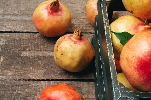 古い木製の背景にザクロの果実