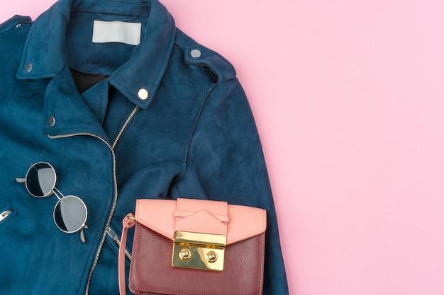 Стильный летний наряд для женщины на пастельном розовом фоне