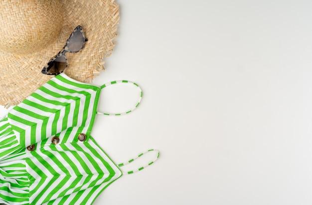 Плоский рельеф летней одежды женщины на белом фоне