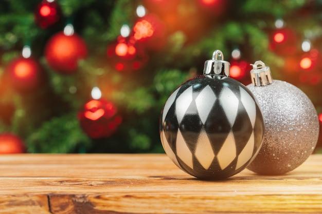 木製のテーブルのクリスマスの毛皮ツリーの装飾をクローズアップ