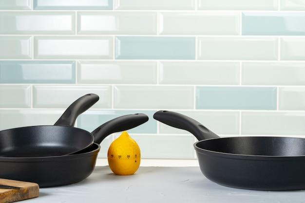 キッチンカウンターの清潔で乾燥した調理鍋