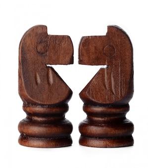 Деревянные шахматные фигуры крупным планом на белом