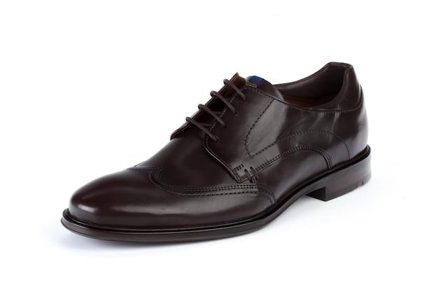 白い背景に分離された黒革フォーマルな男性の靴
