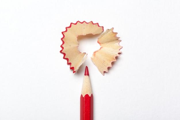 白い背景で隔離の鉛筆・鉛筆の削りくず