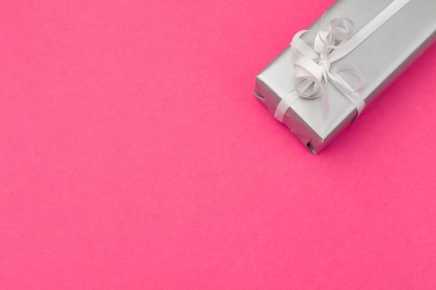 Плоская композиция с красивой подарочной коробкой