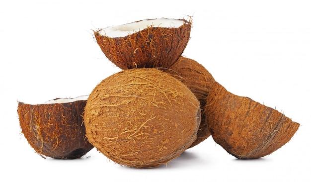 Куча кокосовых орехов на белом фоне