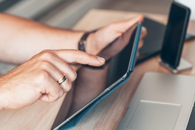 Человек с помощью мобильного смартфона. руки бизнесмена используя сотовый телефон на столе офиса.